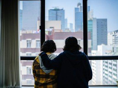Deux jeunes soeurs saoudiennes ayant fui à l'étranger regardent par une fenêtre à Hong Kong, le 22 février 2019 - Anthony WALLACE [AFP/Archives]