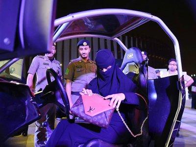 Une Saoudienne prend place à bord d'un simulateur de conduite dans une auto-école de Riyad, le 21 juin 2018 - FAYEZ NURELDINE [AFP/Archives]
