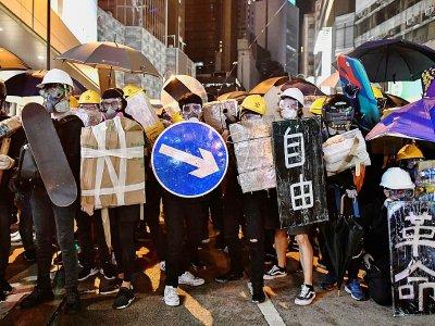 Des manifestants prodémocratie muniss de boucliers bricolés avec des panneaux de signalisation ou des skateboard, le 28 juillet 2019 à Hong Kong    Anthony WALLACE [AFP/Archives]