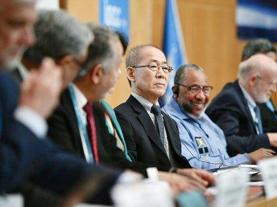 Le président du Giec, Hoesung Lee (c), lors d'une conférence de presse sur le rapport publié par les experts de l'ONU sur le climat, le 8 août 2019 à Genève    FABRICE COFFRINI [AFP]