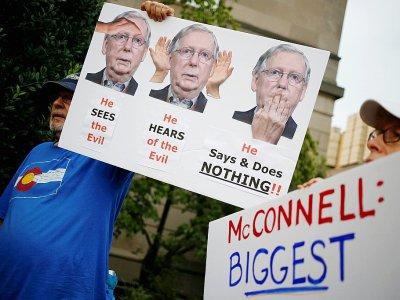 Manifestation mardi à Louisville, dans le Kentucky, devant la permanence du chef de la majorité républicaine au Sénat Mitch McConnell accusé de bloquer l'adoption de lois renforçant les contrôles sur les ventes d'armes aux Etats-Unis    LUKE SHARRETT [GETTY IMAGES NORTH AMERICA/AFP/Archives]