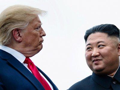 Donald Trump et Kim Jong Un lors de leur dernière rencontre, le 30 juin 2019, dans la zone démilitarisée entre les deux Corées    Brendan Smialowski [AFP/Archives]