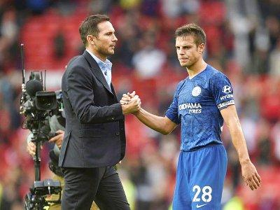 Le nouvel entraîneur de Chelsea Frank Lampard avec son capitaine Cesar Azpilicueta après la défaite face à Manchester United, le 11 août 2019 à Old Trafford - Oli SCARFF [AFP]