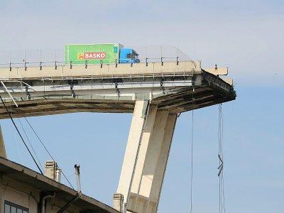 Un camion s'est arrêté devant la partie du pont Morandi qui s'est écroulée, le 14 août 2018 à Gênes    Valery HACHE [AFP/Archives]