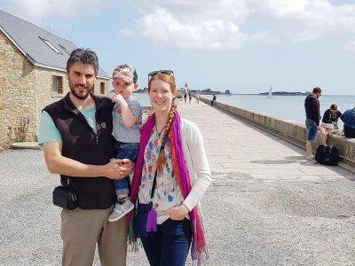 Emmanuel Dalmasio et Carine Montfort-Dalmasio avec leur petit garçon, Léo, âgé de deux ans. - Marthe Rousseau