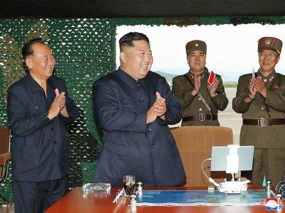Photo diffusée le 25 août 2019 par l'agence nord-coréenne Kcna du dirigeant nord-coréen Kim Jong Un (c) lors d'un test de lance-missiles multiples, le 24 août 2019 en Corée du Nord    KCNA VIA KNS [KCNA VIA KNS/AFP]