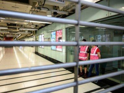 Des employés du métro dans une station fermée avant une manifestation dans le quartier de Tsuen Wan, le 25 août 2019 à Hong Kong    Philip FONG [AFP]