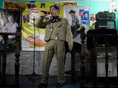 L'infirmier vénézuélien Edgar Fernandez, en costume de mariachi, chante dans un bar-restaurant d'El Junquito, près de Caracas, le 24 août 2019    Federico PARRA [AFP]