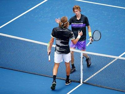 Le Russe Andrey Rublev (d) se qualifie pour le 2e tour de l'US Open en battant le Grec Stefanos Tsitsipas le 27 août 2019    CLIVE BRUNSKILL [GETTY IMAGES NORTH AMERICA/AFP]