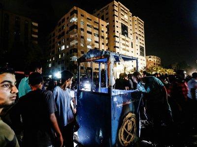 Des Palestiniens sur le lieu d'une attaque à la bombe, dans la ville de Gaza, le 27 août 2019    MAHMUD HAMS [AFP]