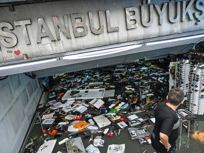 Un commerçant tente de sauver sa marchandise dans un centre commercial du quartier d'Eminonu à Istanbul, le 17 août 2019. - Ozan KOSE [AFP]