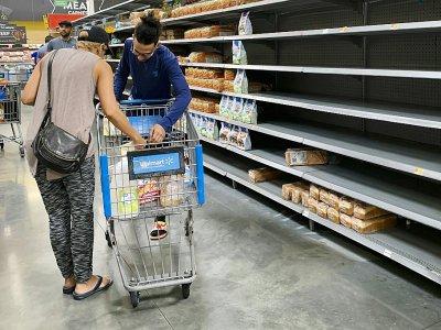 Des habitants de Miami font des provisions dans un supermarché, le 30 août 2019    Eva Marie UZCATEGUI [AFP]