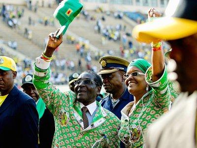Robert Mugabe et son épouse, Grace Mugabe, saluent la foule lors d'un meeting à Harare, le 28 juin 2013    ALEXANDER JOE [AFP/Archives]