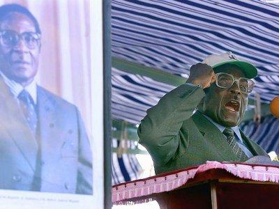Robert Mugabe devant les membres de son parti, la Zanu-PF, le 16 juin 2000 à Kadoma, à 140 km à l'ouest de Harare    ODD ANDERSEN [AFP/Archives]