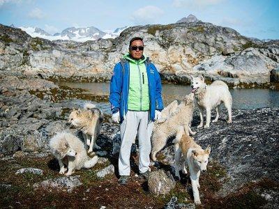 Kunuk Abelsen, un chasseur de 27 ans, pose avec ses chiens du Groenland, le 19 août 2019 à Kulusuk (Groenland)    Jonathan NACKSTRAND [AFP]