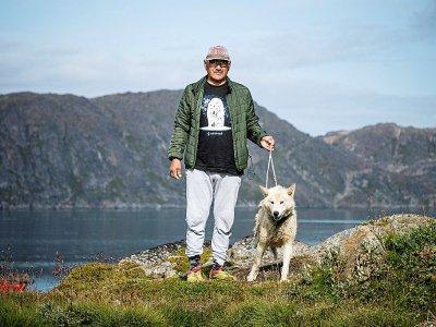 Moses Bajare, 59 ans, avec l'un de ses chiens à Kulusuk, au Groenland, le 19 août 2019    Jonathan NACKSTRAND [AFP]
