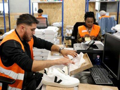 Le personnel du chantier d'insertion d'Ateliers Sans Frontières au travail à leurs bureaux, à Bonneuil-sur-Marne, le 10 septembre 2019    ludovic MARIN [AFP]