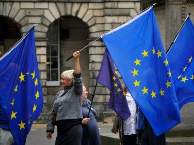 Des manifestants brandissent des drapeaux européens devant la Cour d'appel d'Edimbourg, le 3 septembre 2019 - Andy Buchanan [AFP/Archives]