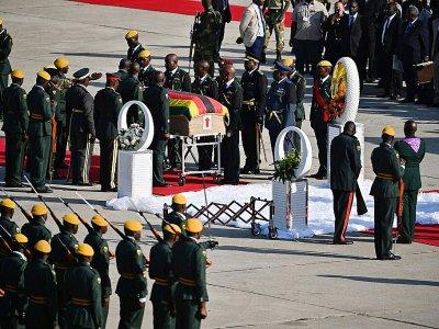 Le cercueil de l'ancien président Robert Mugabe à son arrivée à l'aéroport de Harare, le 11 septembre 2019 au Zimbabwe    Tony Karumba [AFP]