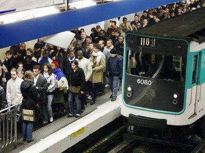 Des passagers sur le quai bondé du métro à la station Châtelet le 14 novembre 2007 à Paris, jour de grève nationale contre la réforme des régimes spéciaux de retraite    BERTRAND GUAY [AFP/Archives]