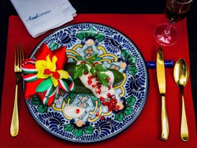 """Un plat de """"chile en nogada"""" (piment """"poblano"""" à la sauce aux noix) au restaurant Azul Condesa du chef Ricardo Muñoz Zurita à Mexico    Omar TORRES [AFP]"""