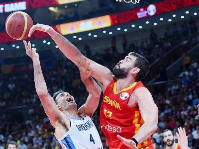 L'Espagnols Marc Gasol (d) à la lutte avec l'Argentin Luis Scola en finale du Mondial de basket, le 15 septembre 2019 à Pékin - WANG ZHAO [AFP]