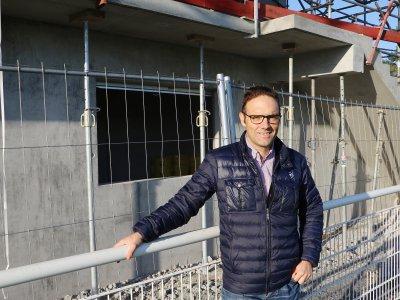 Thierry Chevalier, stadium manager du SM Caen devant la nouvelle tribune, en plein chantier. - Léa Quinio