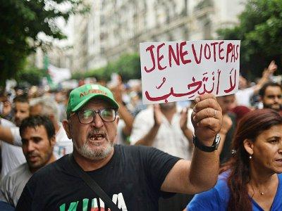 Des Algériens manifestent le 13 septembre 2019 à Alger pour s'opposer à la tenue d'une présidentielle organisée par le régime - RYAD KRAMDI [AFP]