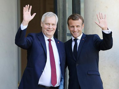Le Premier ministre finlandais Antti Rinne et le président Emmanuel Macron devant l'Elysée, à Paris, le 18 septembre 2019    Ludovic MARIN [AFP]
