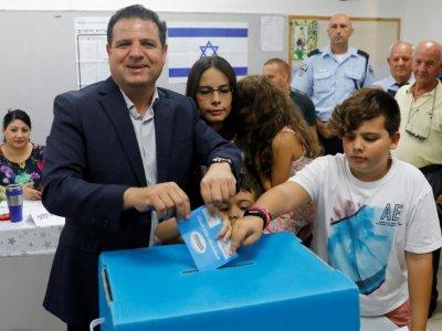"""Ayman Odeh, chef de la """"Liste unie"""" des partis arabes israéliens, vote aux législatives le 17 septembre 2019 à Haïfa, dans le nord d'Israël    Ahmad GHARABLI [AFP/Archives]"""