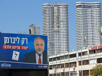 Un panneau électoral appelle à voter pour la formation nationaliste laïque Israël Beitenou d'Avigdor Lieberman, à Tel-Aviv le 2 septembre 2019    JACK GUEZ [AFP/Archives]