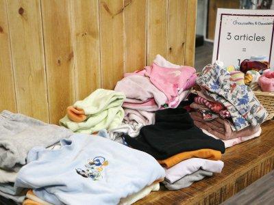 A la Chiffo, trois vêtements pour bébé coûtent 1€. - Léa Quinio
