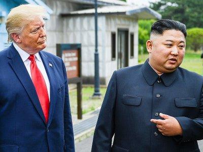 Donald Trump et Kim Jong Un lors de leur rencontre dans la zone démilitarisée entre les deux Corées, le 30 juin 2019    Brendan Smialowski [AFP]