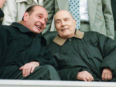 Jacques Chirac peu après son élection à l'Elysée au côté de son prédécesseur François Mitterrand, le 13 mai 1995 au Parc des Princes à Paris - Pascal PAVANI [AFP/Archives]