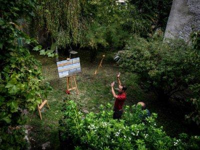 Le sculpteur Pascal Catry installe ses oeuvres dans le jardin d'un habitant de Saint-Saturnin le 26 septembre 2019    JEAN-PHILIPPE KSIAZEK [AFP]