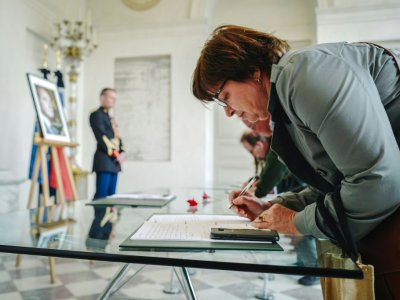 Une femme signe l'un des registres de condoléances ouverts au public à l'Elysée en hommage à l'ex-président Jacques Chirac, le 28 septembre 2019 à Paris    LUCAS BARIOULET [AFP]