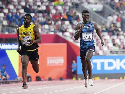 Le Français Mouhamadou Fall (d) lors de sa série du 200 m aux Mondiaux de Doha, le 29 septembre 2019 - Jewel SAMAD [AFP]