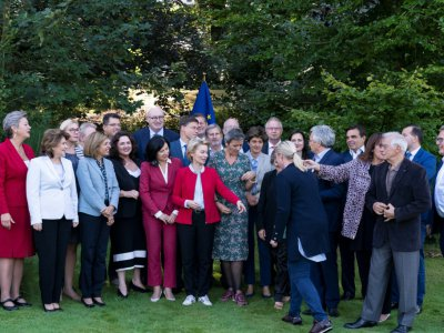 """la présidente de la Commission européenne Ursula von der Leyen et les membres de la Commission, avant """"la photo de famille"""" à Genval (Belgique) le 12 septembre 2019    Kenzo TRIBOUILLARD [AFP/Archives]"""