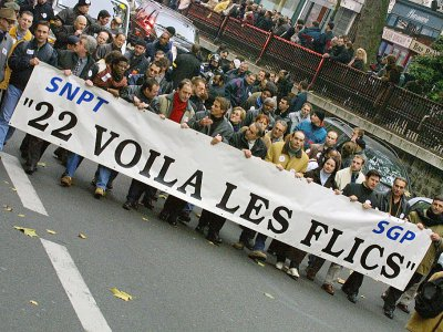 Des policiers défilent lors d'une manifestation, au lendemain de la journée nationale de mobilisation la plus importante depuis 1991, à Paris, le le 22 novembre 2001 - DANIEL JANIN [AFP/Archives]