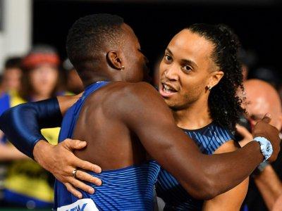 Le Français Pascal Martinot-Lagarde (d), médaille de bronze du 110 m haies, étreint le vainqueur américain Grant Holloway lors des Mondiaux d'athlétisme, le 2 octobre 2019 à Doha    ANDREJ ISAKOVIC [AFP]