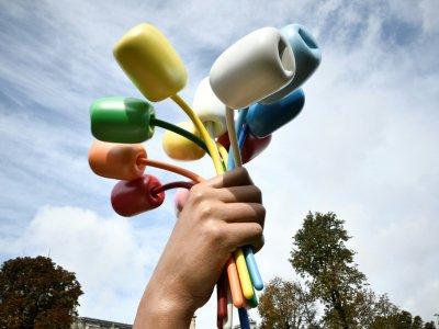 """""""Le bouquet de tulipes"""" du plasticien américain Jeff Koons inaugurée près du Petit Palais, le 4 octobre 2019 à Paris    STEPHANE DE SAKUTIN [AFP]"""