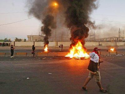 Des manifestants irakiens brûlent des pneus à Bagdad le 4 octobre 2019    AHMAD AL-RUBAYE [AFP]