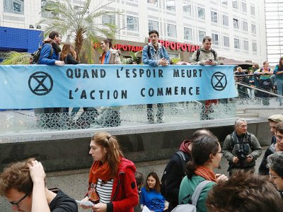 Des militants de mouvements écologistes, dont Extinction Rebellion (XR), manifestent dans le centre commercial Italie 2, le 5 octobre 2019 à Paris