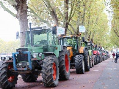 Les agriculteurs ont garé leurs tracteurs le long de la prairie. - Charlotte Hautin