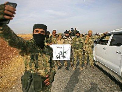 Des combattants syriens pro-Turquie sont réunis le 11 octobre 2019 près du village turc de Akinci, près de la frontière syrienne, se préparant à prendre part à une offensive contre les forces kurdes syriennes - Bakr ALKASEM [AFP]