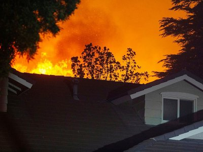 L'incendie Saddleridge Fire menace une habitation au nord de Los Angeles le 11 octobre 2019