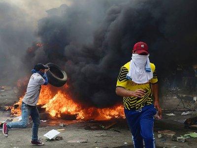 Des manifestants mettent le feu à des pneus, le 12 octobre 2019 à Quito. - Martin BERNETTI [AFP]
