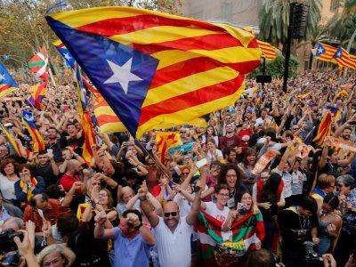 Des séparatistes catalans expriment leur joie après l'éphémère déclaration d'indépendance par le parlement régional, le 27 octobre 2019 - PAU BARRENA [AFP/Archives]