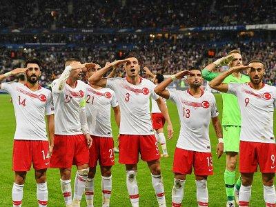 Les joueurs turcs saluent leurs supporters après le match nul obtenu face à la France, le 14 octobre 2019 au Stade de France - Alain JOCARD [AFP]