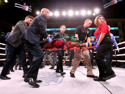 L'Américain Patrick Day évacué sur une civière après un KO lors de son match contre son compatriote Charles Conwell, à Chicago, le 12 octobre 2019 - Dylan Buell [GETTY IMAGES NORTH AMERICA/AFP/Archives]